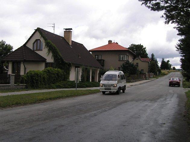 Soškova ulice v Novém Městě na Moravě nebude přímo navazovat na průmyslovou zónu. V příštím roce chce město mezi domy a firmami vysázet zelený pruh.