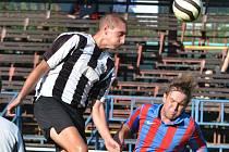 Obránce Martin Řeháček (vlevo) vstřelil úvodní gól Žďáru proti Hrotovicím. Pohledné akce však duel nepřinesl.