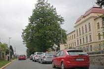 Před novoměstským gymnáziem byla na komunikaci nově vyznačena parkovací místa.