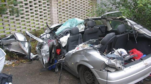 Zdemolovaný Opel Astra po nehodě u Velkého Meziříčí.