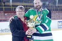 VÍTĚZOVÉ. Hokejisté Bohdalce (vpravo kapitán Vladimír Jaša s hlavním pořadatelem VHL Karlem Danielem) dosáhli na zlatý hattrick.