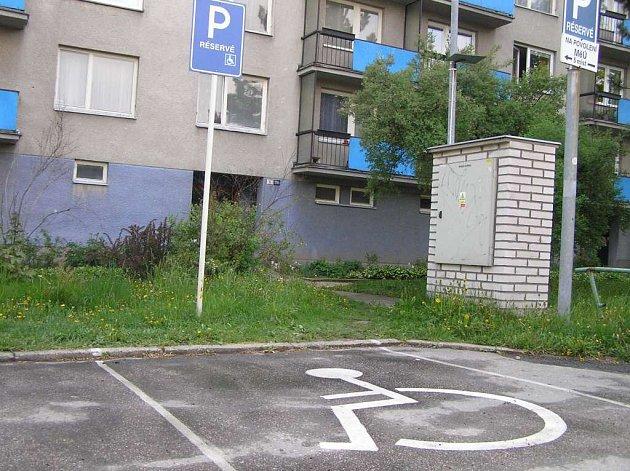 Tak by mělo správně vypadat místo pro invalidní řidiče.