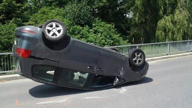 V Novém Městě na Moravě se na kruhovém objezdu střetla dvě vozidla, jedno z vozidel skončilo po nehodě na střeše.