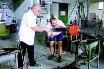 Jaroslav Svoboda kontroluje jeden z výrobků karlovské sklárny, který poputuje na výstavu v japonském Tokiu.