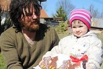 Na mnohých místech Žďárska je možné dodnes potkat před Velikonocemi děti s hrkačkami. Například v Branišově. Červené pondělí se od dob předků příliš nezměnilo. Velcí i malí kluci obchází domácnosti a za vymrskání dostanou vajíčko a sem tam i sladkou odměn