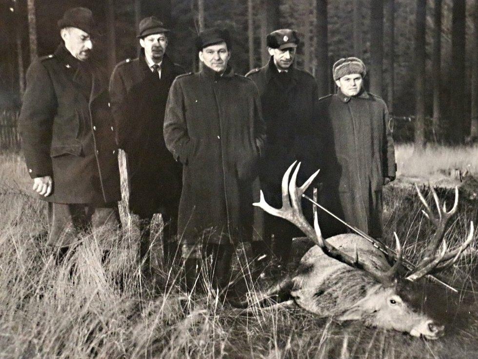 Myslivci ze Spolkové republiky Německo často přijížděli do Žďárských vrchů střílet jeleny. Jeden z nich ulovil i krále jelenů, majestátního dvacateráka.