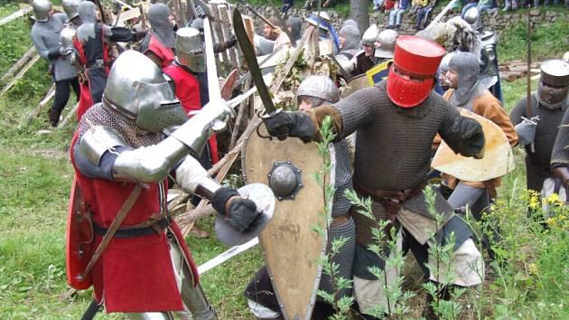 Tradiční bitva o hrad je minulostí. Při devátém ročníku akce dochází ke změně, místo zteče zříceniny návštěvníky Zubštejna čeká festival historického šermu.