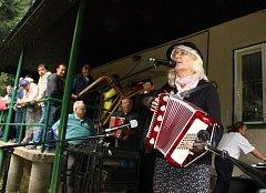 Na rokytenská prkna, která znamenají svět, se postavila také Ludmila Kleinbauerová z Babic nad Svitavou (na snímku s harmonikou), která divákům zahrála tři skladby Já mám ráda políra, Libeň je víc a Ku Praze uhání vlak.