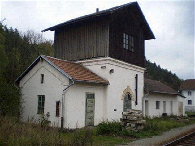 Objekt vodárny v železniční stanici Rožná je rovněž určen k prodeji. Nebo si zájemci mohou pronajmout skladovací prostory či šatny v přízemí vodárny.