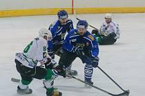 Hokejisté Velkého Meziříčí (v tmavém) sice v sobotním 13. kole Krajské ligy jižní Moravy a Zlínska zdolali Uherský Brod až po prodloužení, přesto se po zaváhání Boskovic  vrátili zpět na první místo tabulky.
