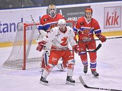 Hokejisté Žďáru (v bílém) se ze sobotního utkání na ledě Tábora vrátili s prázdnou.