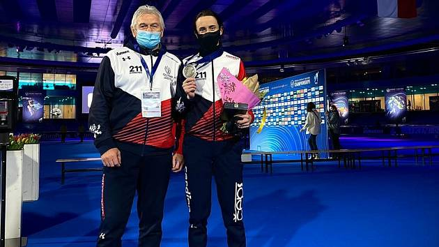 Martina Sáblíková s trenérem Petrem Novákem po zisku stříbrné medaile na MS 2021 v Heerenveenu.