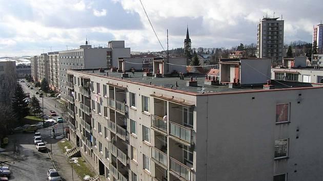 O ceně tepla už mají nájemníci obecních bytů v Novém Městě jasno. Nyní chtějí řešit další problémy – stará okna, využívání společných prostor i opravu balkonů.