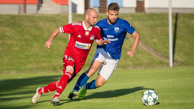 Záložník Petr Dolejš (v červeném) rozhodl svojí brankou o sobotním vítězství 1:0 fotbalistů Velkého Meziříčí nad Frýdkem-Místkem.