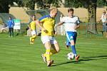 Fotbalisté Nové Vsi (ve žlutém) si v neděli zahráli jen pět minut. Rozsochy (v bílém) nestačily na Jívoví.