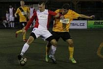 Útočník Dominik Moučka (v červenobílém dresu) se stal novou posilou, dosud jedinou zimní, divizních fotbalistů Velké Bíteše.