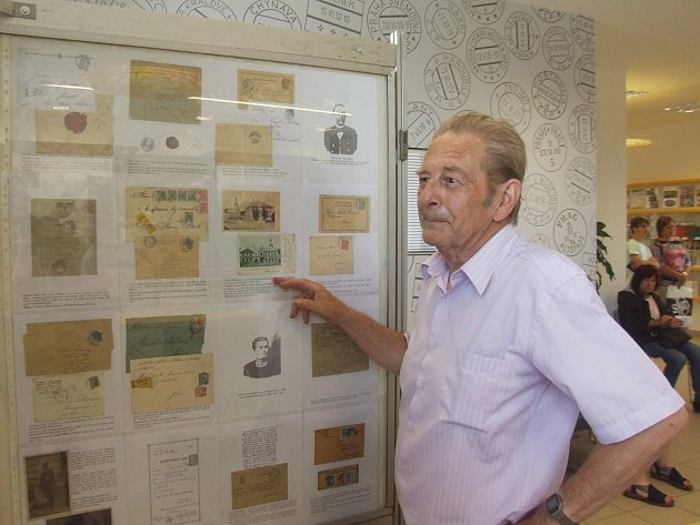 Se stoosmdesátiletou historií poštovnictví ve Žďáře se mohou zájemci prostřednictvím výstavy na hlavní poště v Nádražní ulici seznámit do 10. srpna. Výstavu ve spolupráci s Českou poštou uspořádali žďárští filatelisté (na snímku Emil Pelikán).