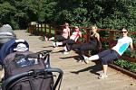 Lekce zahrnuje jak zdravotní cviky na posílení svalů, které byly namáhané v těhotenství, tak i aerobní trénink.