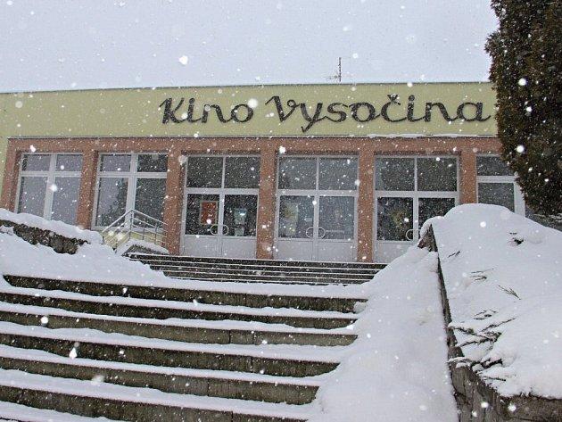 Kino Vysočina bylo otevřeno v září 1963, a tehdy bylo naprostou špičkou co do technologického vybavení, přizpůsobení akustiky i rozložení prostorů pro promítání. Po více než padesáti letech provozu ale potřebuje modernizaci.