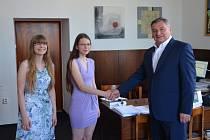 Mezi nejvýraznější studenty velkomeziříčského gymnázia patří sestry Hana (na snímku vlevo)  a Marie Hledíkovi. K úspěchům ve školních olympiádách jim blahopřeje ředitel školy Aleš Trojánek.