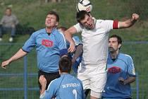 Fotbalisté Bystřice (v modrém) letos porazili jen dva týmy. S oběma už ale hráli. Doma nyní drží sérii šesti porážek v řadě a stejně jako Napajedla v celé sezoně ještě ani jednou nezvítězili dvakrát po sobě.