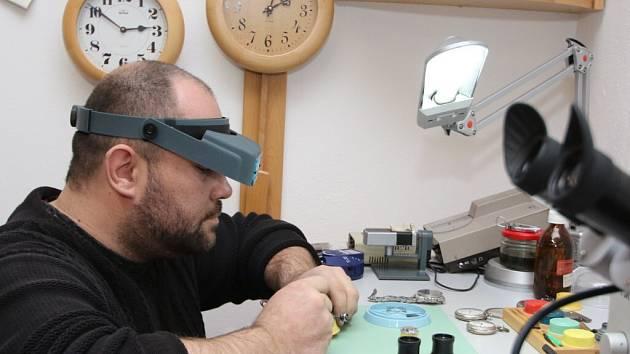I když má Zdeněk Benc dobrý zrak, občas si do očního důlku vloží hodinářskou lupu nebo na hlavu nasadí speciální brýle. A hlavně, nesmí se mu zachvět ruka, když pinzetou usazuje osičku o průměru několika desetin milimetru.