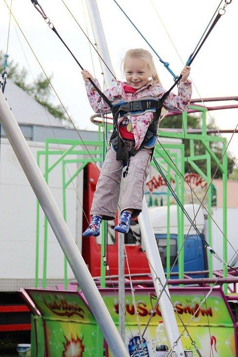 """""""Světští"""" opět zabrali prostranství u zimního stadionu ve Žďáře nad Sázavou a blízké okolí. I letos se hlavně děti mohou těšit na stovku kolotočů, houpaček a dalších pouťových atrakcí."""