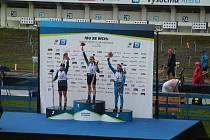 Závod žen v supersprintu na letním biatlonovém mistrovství světa ve Vysočina Areně ovládla česká jednička Markéta Davidová (uprostřed).