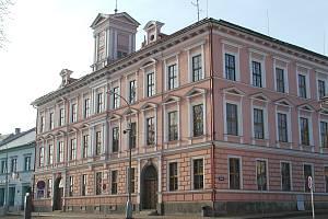 Škola vznikla v místě, kde původně stály dva domy, a to číslo 124 a 125.