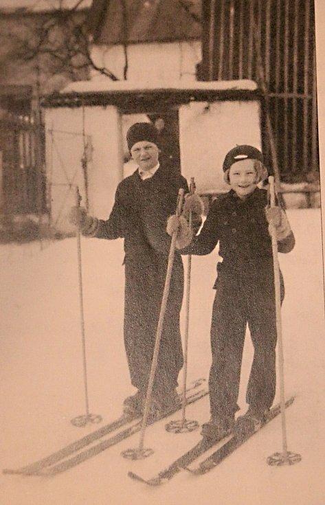 Jiří a Hana lyžují.