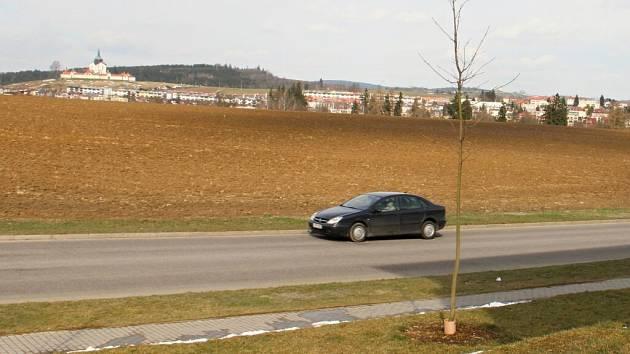 Ve směru k zámku povede souběžně se Sázavskou (na snímku). Jak bude ulice s výhledem na Zelenou horu vypadat, určí úředníci do konce června.