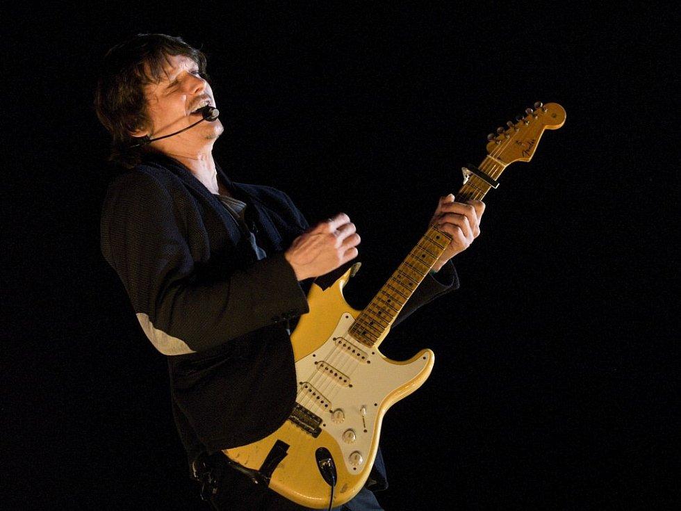 Tváří úspěšné kapely je zpěvák Michal Malátný (na snímku). Chinaski zahrají v Jupiter clubu ve Velkém Meziříčí 14. března. Pro tento koncert hledají regionální předkapelu.