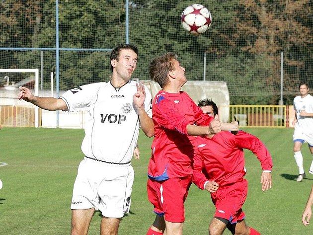 Třebíčští fotbalisté (v červeném dresu ve výskoku Radek Durda) doma porazili poslední Uherský Brod a snížili ztrátu na vedoucí Šardice na tři body.