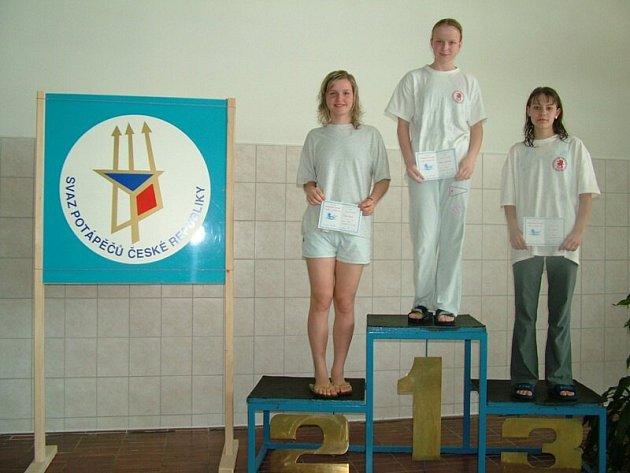 Daniela Bukáčková byla nejlepší, Lea Šimečková (vpravo) skončila na trati 200 PP třetí.