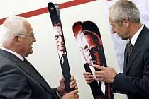Při své poslední návštěvě dostal prezident Václav Klaus ve Sportenu lyže.
