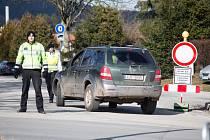Policie kontroluje příjezdovou cestu do Vysočina areny při Světovém poháru v biatlonu.