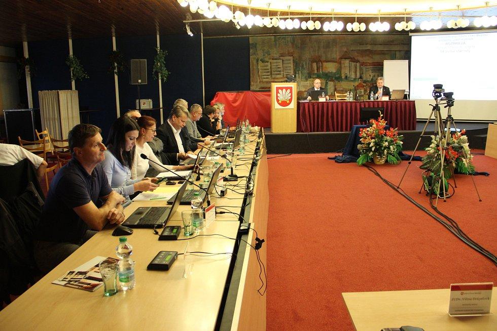 Úterního zasedání zastupitelstva, jehož součátí byla i volba nového starosty, se zúčastnilo dvaadvacet městských zastupitelů.