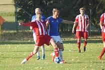 V poslední přípravě před začátkem jarních odvet letošního ročníku krajského přeboru shodně prohráli jak fotbalisté Nové Vsi (v modrém), tak i Bystřice (v červeném).