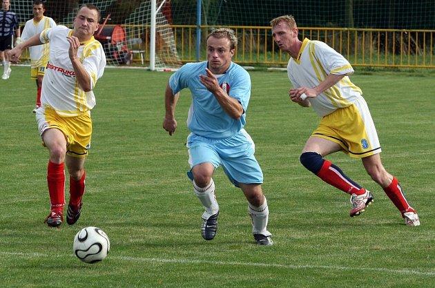 Fotbalisté Jemnicka (uprostřed) nedokázali protrhnout svou střeleckou smůlu ani v zápase proti třebíčské rezervě. Po celé utkání byli lepším týmem, soupeře přehrávali hlavně ve středu hřiště.