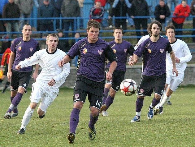 Fotbalisté SFK Vrchovina (v tmavém).