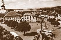 Na pravé straně náměstí byla původní zástavba v sedmdesátých letech minulého století zbourána a nahrazena řadou obchodních domů.