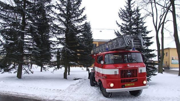 K narušené krytině se hasiči dostali krátce před polednem pomocí auta s výsuvným žebříkem.