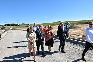 Stavbu průmyslové zóny si přijela prohlédnout i ministryně financí Alena Schillerová. Foto: archiv MÚ Žďár nad Sázavou