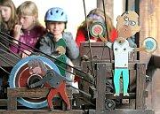 """Mechanické soustrojí zvané """"Vríský mlejnek"""" s postavičkami, jež znázorňují život na horácké vesnici, se v letní sezoně roztáčí před zraky návštěvníků každou půlhodinu. Unikátní stroj najdete v novoměstském Horáckém muzeu."""