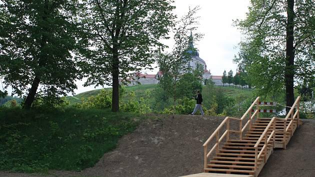 Součástí právě končících prací před budovou bývalého pivovaru v areálu zámku ve Žďáře nad Sázavou jsou kromě rozšíření stávající kamenné terasy náležící k zámecké kavárně rovněž parkové úpravy prostoru mezi zámkem, Konventním rybníkem a stezkou na Zelenou