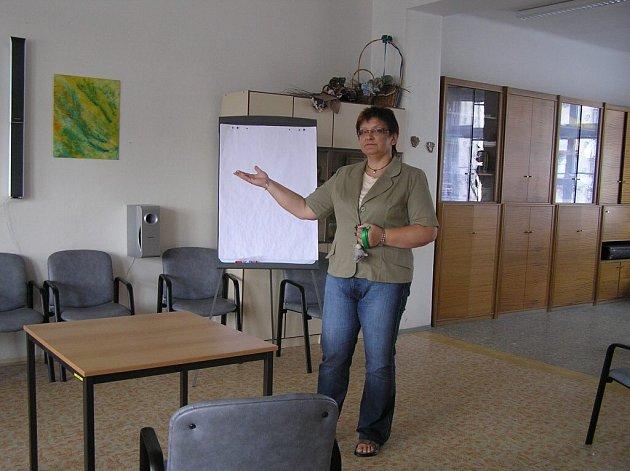 Ředitelka Domova důchodců ve Velkém Meziříčí Helena Chalupová ukazuje společenskou místnost, kterou musí klienti domova přestat používat.