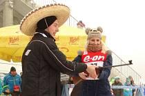 Některým účastníkům Cross crazy biathlonu musí organizátoři i trochu pomoci.