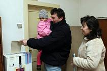 Mimořádné komunální volby ovládly obci Sviny na Žďársku. Ze sedmdesáti devíti oprávněných voličů tam přišlo o nových členech zastupitelstva rozhodnout pětašedesát lidí.