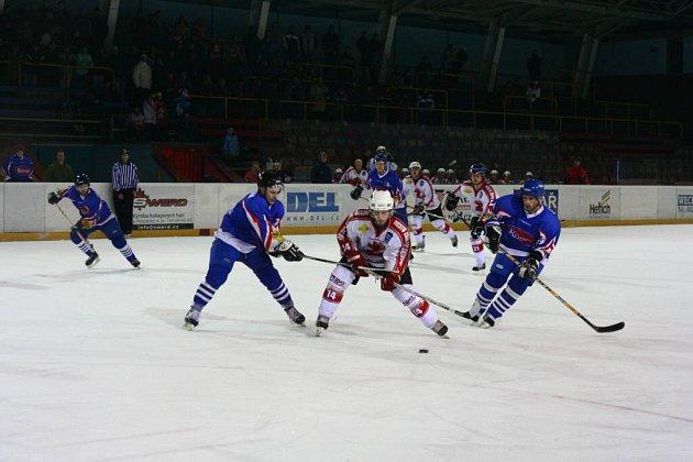 PRVNÍ KROK K POSTUPU DO DRUHÉ LIGY ZVLÁDLI. Hokejisté Žďáru (v bílém s pukem Jiří Plch) udolali tuhý odpor Moravské Třebové a po dvou vítězných zápasech pronikli do finále krajského přeboru.