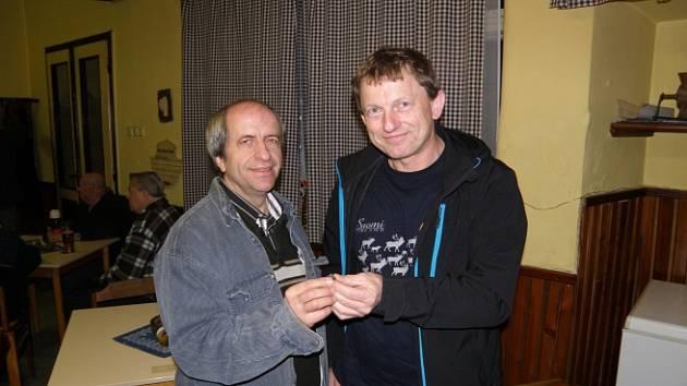 """Když se astronom Pavel Spurný (vpravo) dozvěděl o nálezu prvního úlomku meteoritu, sedl do auta a neváhal jet sto dvacet kilometrů na Vysočinu. Na snímku je s nálezcem """"oblázku"""" Tomášem Holendou."""